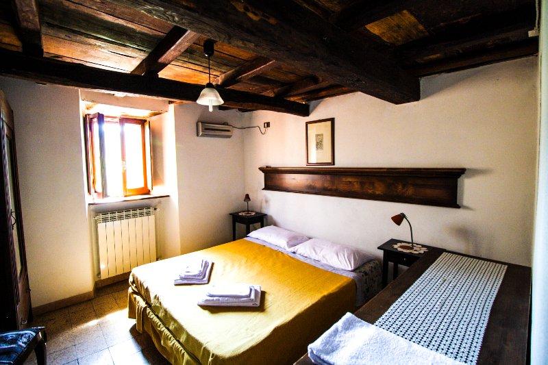 """Casa Vacanze in montagna e Lago appartamento """"Le Dispense' in antico borgo, holiday rental in Pescorocchiano"""