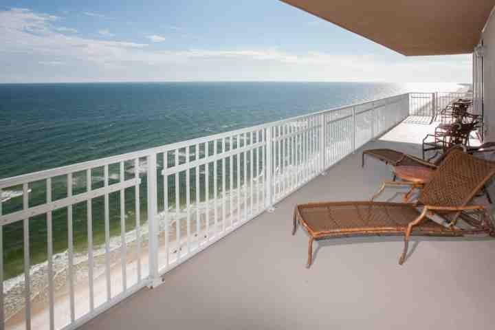 Loungemöbel auf privaten Terrasse mit Blick auf Strand und Golf