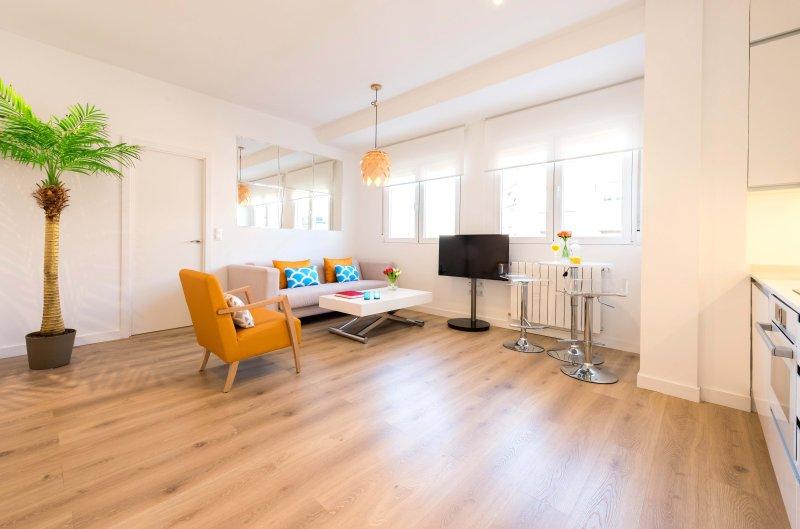 Sala de jantar quarto-cozinha aberta. Sofá Mesa poderia tornar-se uma mesa de jantar pronta para 4,6 ou 8.