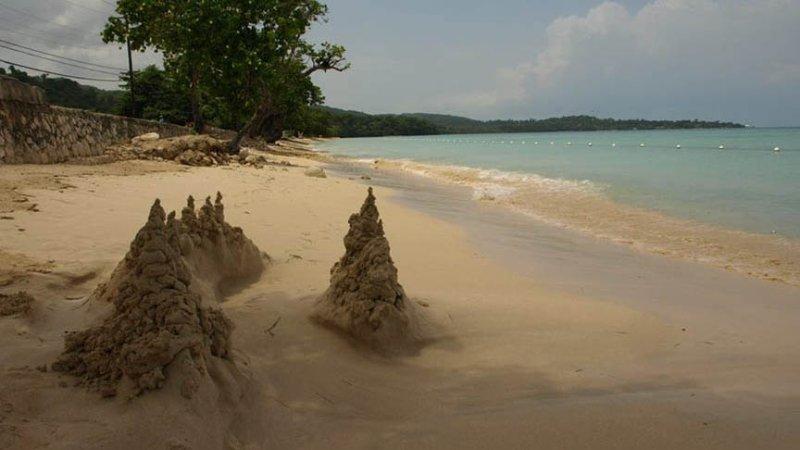 castelos de areia na praia Bluefield