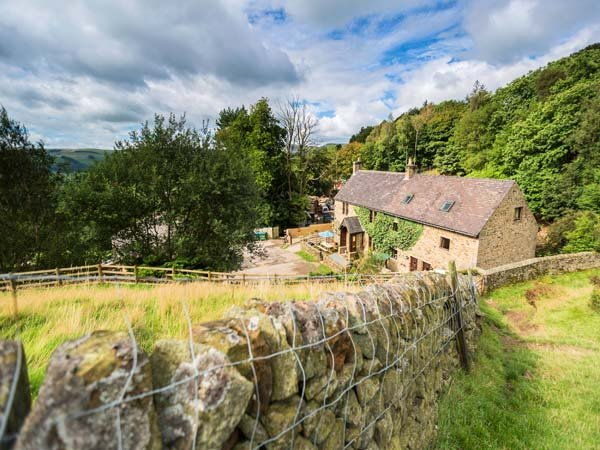 BIRCH COTTAGE, shared indoor swimming pool, garden, WiFi, Hope, Ref 929514, holiday rental in Edale