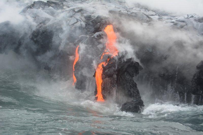Lava aus Vulkan Kilauea auf den Ozean in einer spektakulären Art und Weise eingeben.