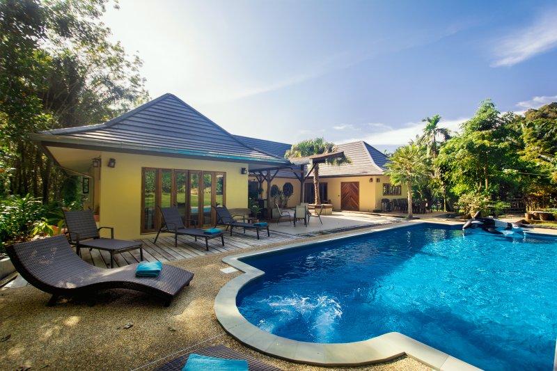 Eden Villas - Krabi - Luxury Private Pool/Jacuzzi Villa - Free Car -Master Villa, alquiler de vacaciones en Ao Luek