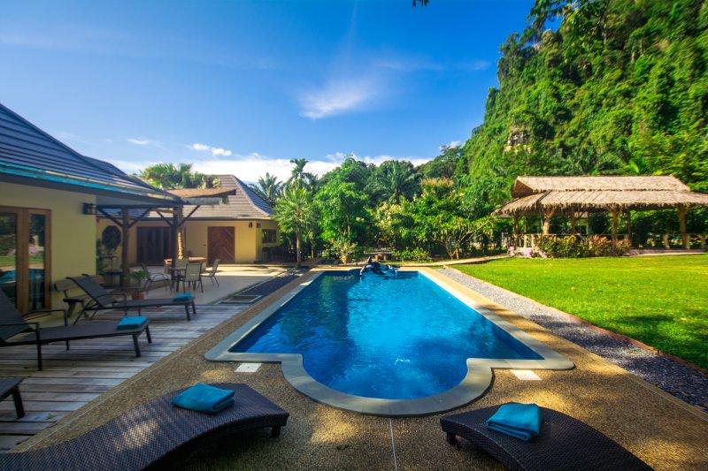 espectaculares vistas en todas direcciones. Disfrutar de ellos forman la comodidad de su piscina de 12 metros con jacuzzi!