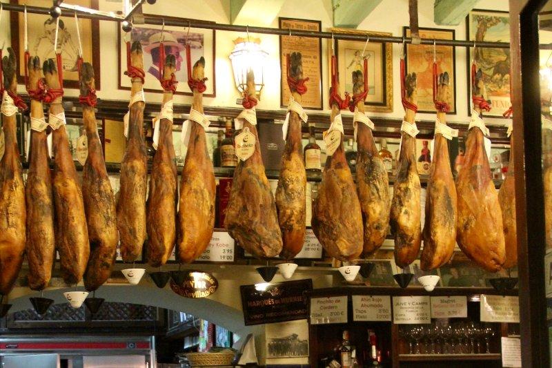 Délicieux jambon de pays - le déjeuner favori des habitants de Ronda, en Espagne.