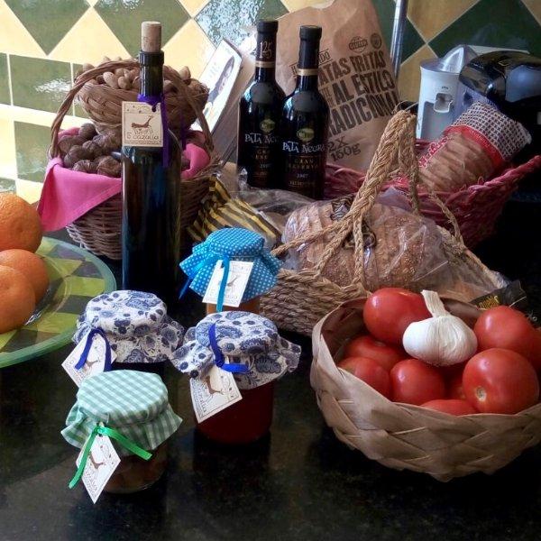 huile bio d'olive extra vierge, confitures maison, nos fruits et noix, et sachets de lavande.