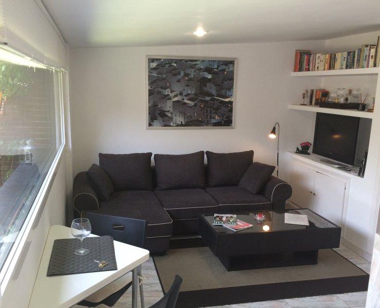 cómodo sofá y TV LCD
