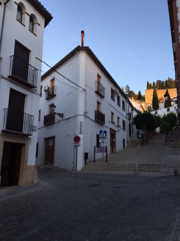 Situato nella città vecchia.