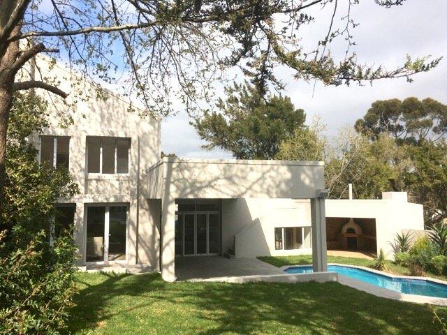 Frente de la casa con gran patio y piscina