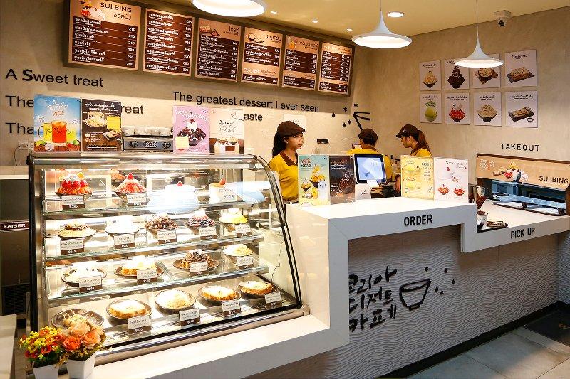 Variedad de postres dentro de la cafetería en la esquina de Thonglor Soi 10