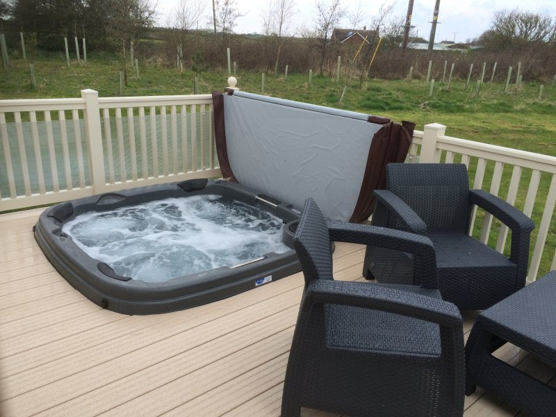 SAND LE MERE. 3 bed caravan with private 'hot tub', holiday rental in Patrington