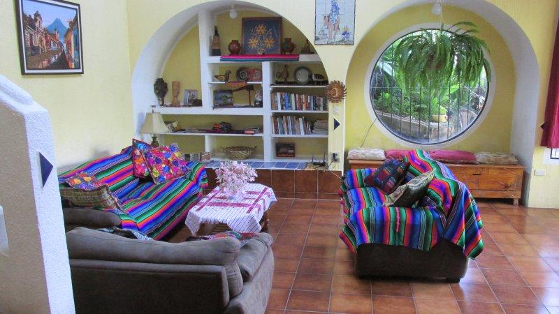 Vivir y una sala de lectura con ventanal al lago y vista del jardín de meditación