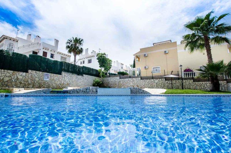 2 Bed / 2 Bath Luxury Ground Floor Apartment / Air Con / Wi-Fi / Nr Villamartin, holiday rental in Villamartin