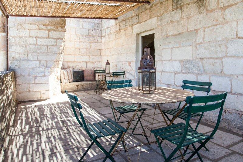 Suites Donna Giovanna: terrassen med utsikt över poolen och fruktträdgård