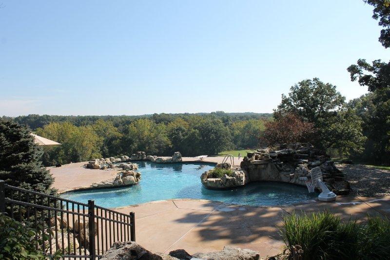 Vista desde el patio trasero de la piscina de adultos.
