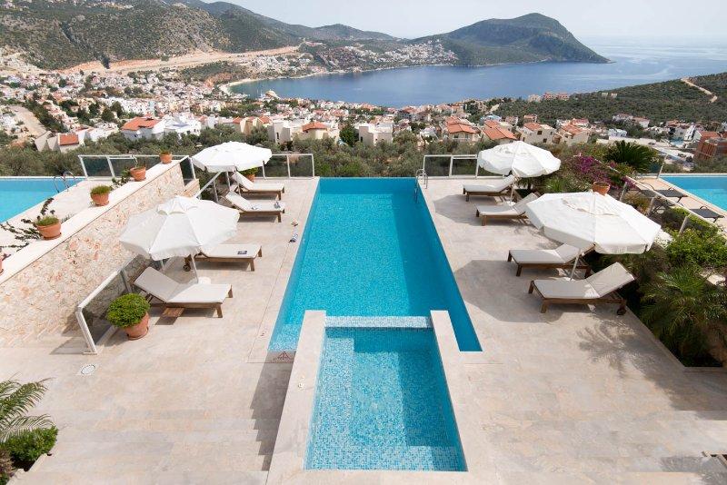 Splendida vista della piscina, Kalkan Bay e montagne dal balcone.