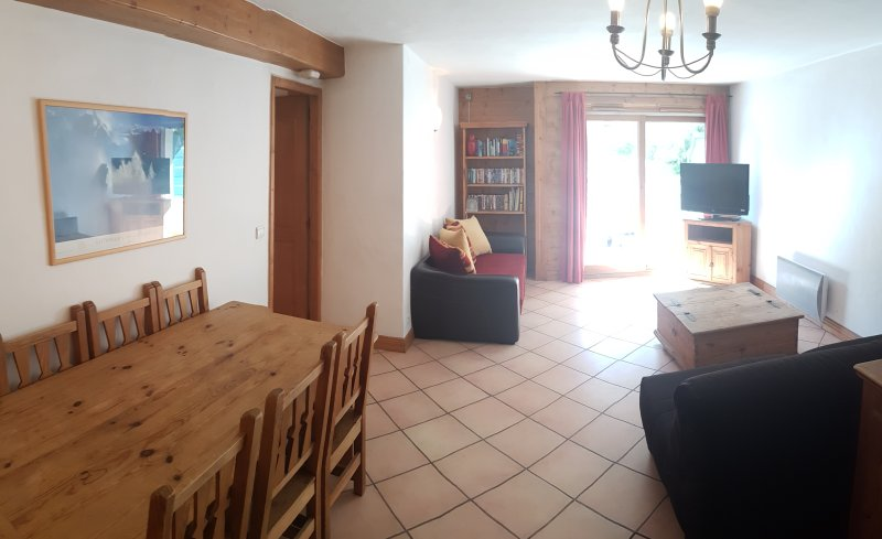 Large Living Room and Dining Room, Two Sofas, Perfect for Socialising with Friends and Family!