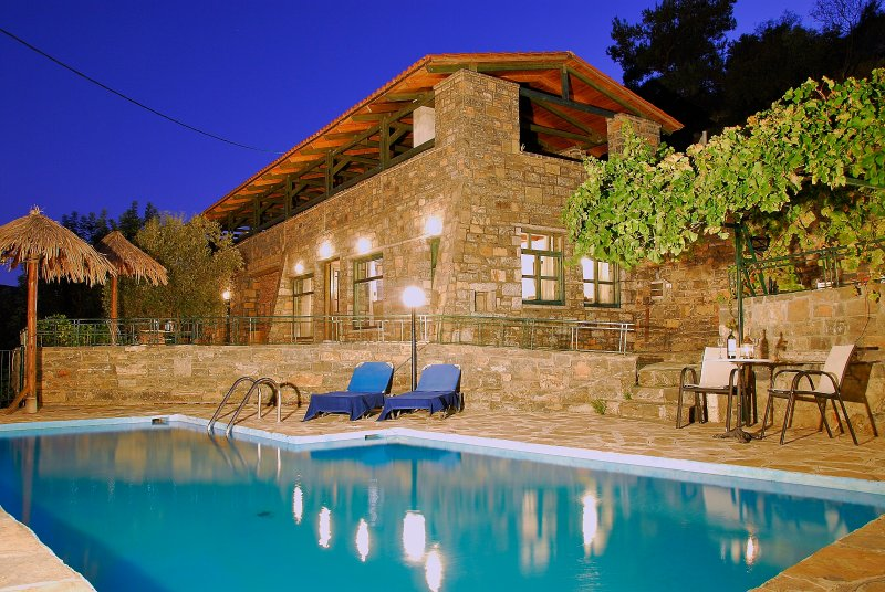 Maria Emanuela villa in Picturesque Village, only 10 min drive from the Beach!, vakantiewoning in Mirtos