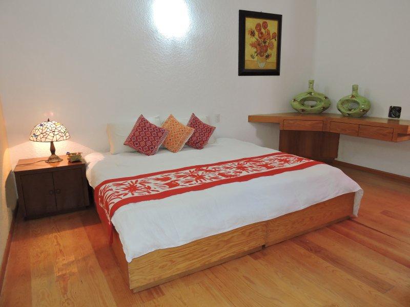 """Onze kamer genaamd """"Guanajuato"""", het heeft een eigen badkamer, een kingsize bed."""