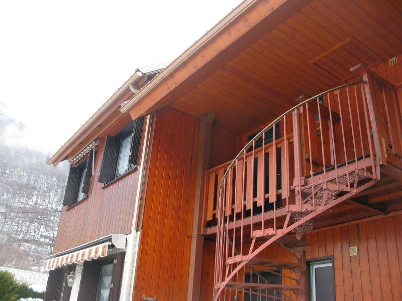 Studio refait à neuf dans chalet, location de vacances à Allemond