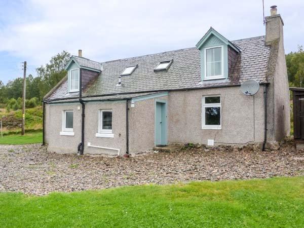 EASTER DUTHIL COTTAGE, woodburning stove, detached cottage, private garden, holiday rental in Carrbridge