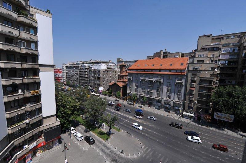 Nicolae Balcescu Boulevard en de Italiaanse kerk.