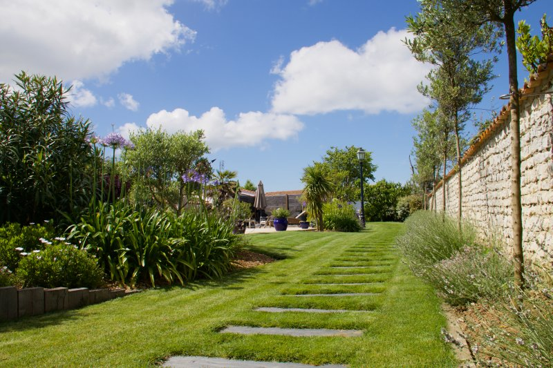 Private garden foot path with slate steps to Flocon de Sel.