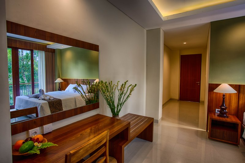 Miror, Table, and other room amenities