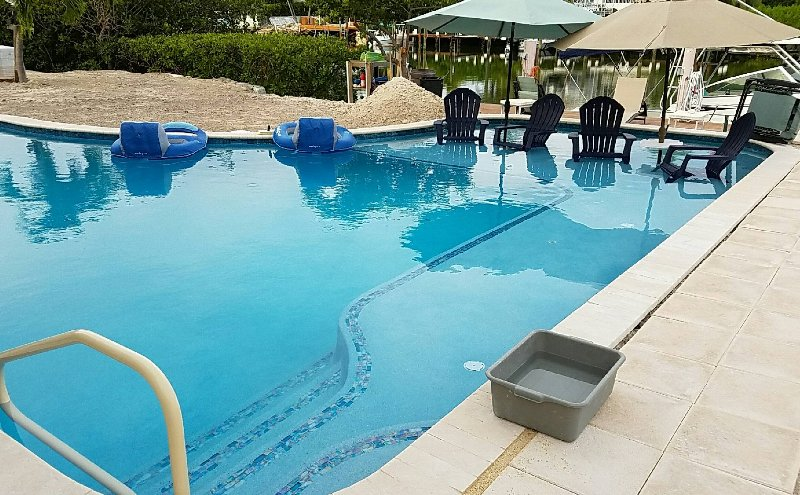 piscina aquecida com prateleira de sol