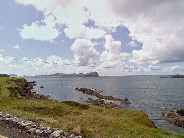 Scène over de baai naar de 3 zussen in Ballydavid