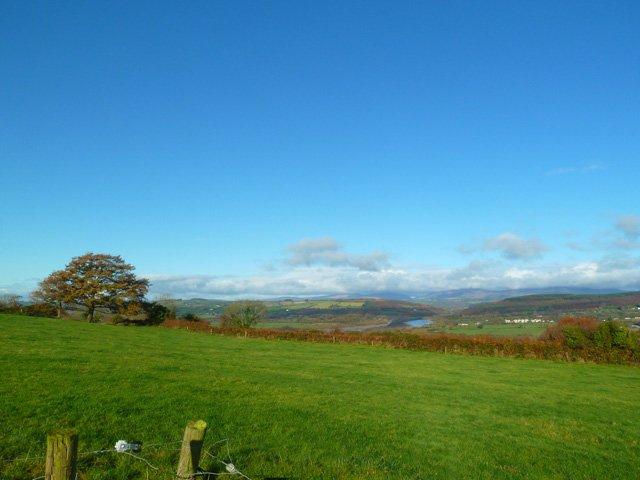 Vista desde la propiedad del río Blackwater y las montañas Knockmealdown