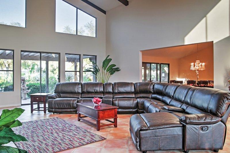 Lounge ao redor nos sofás confortáveis na área de estar da casa principal.