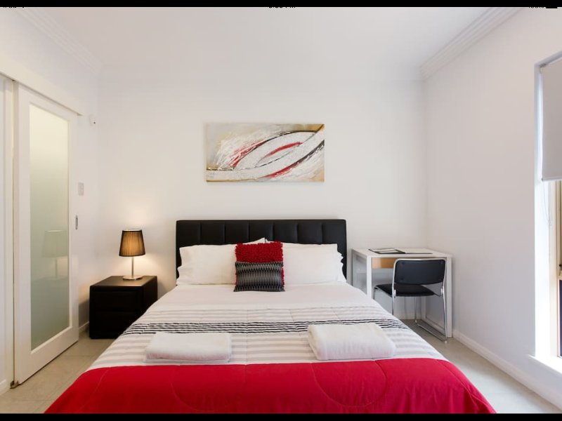 Malcolm 5 Walk to Perth CBD, River, Kings Park free wifi, holiday rental in North Perth