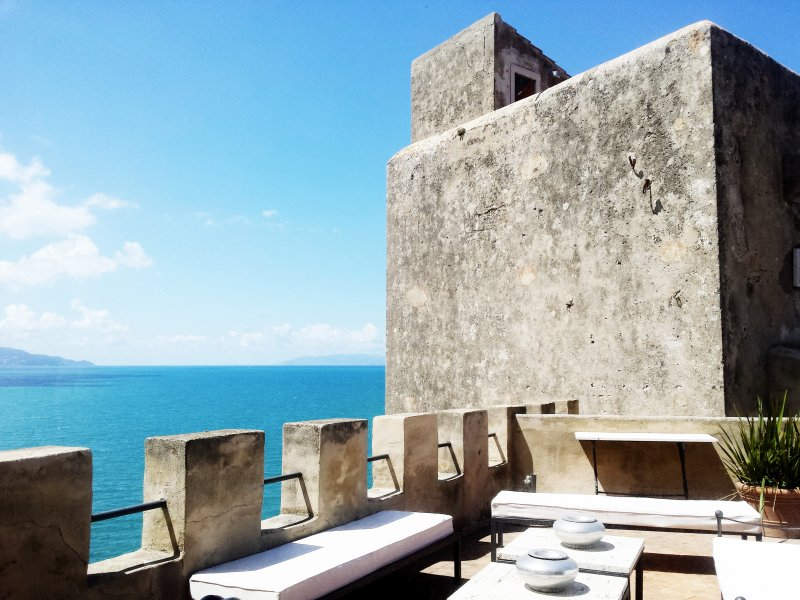 Unique tower overlooking the sea with private access to the beach. Up to 12 pax!, aluguéis de temporada em Talamone