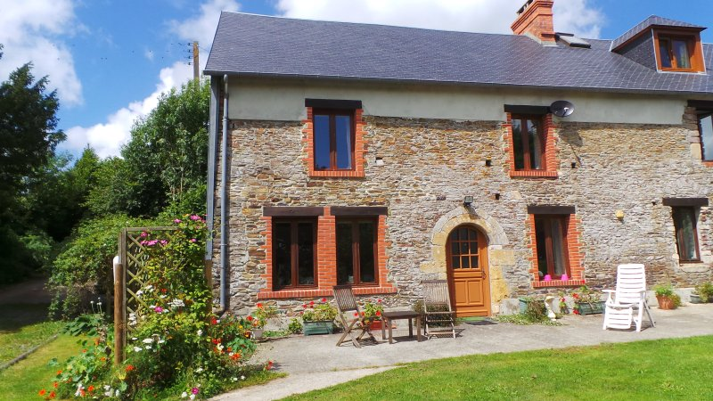 Tranquil rural setting in beautiful countryside, location de vacances à Courcy