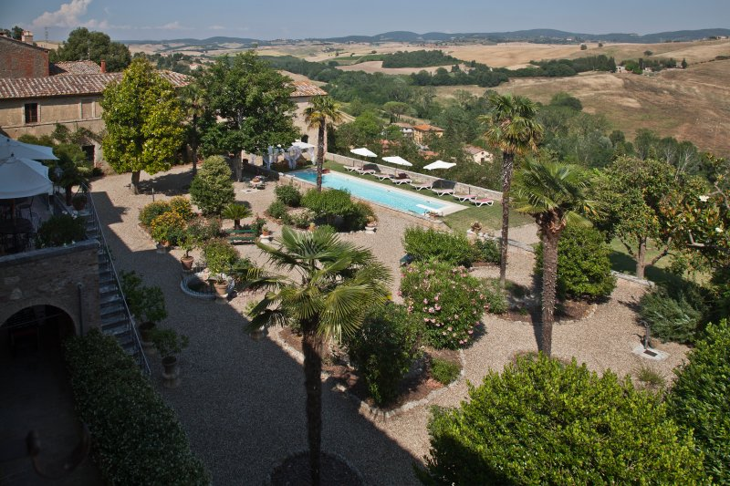 Private historic villa La Consuma 4BDR: in a village garden,view,pool,WiFi, holiday rental in San Giovanni d'Asso