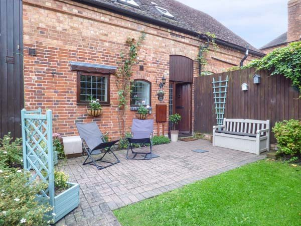 BROADWAY COTTAGE, end-terrace, beams, WiFi, private patio, Clifford Chambers, alquiler vacacional en Long Marston
