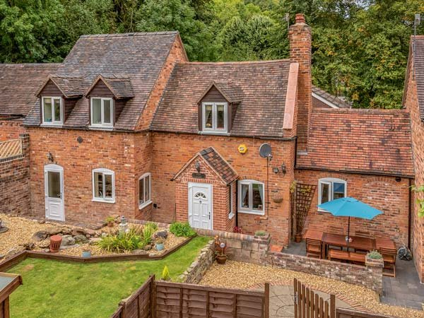 BROOK COTTAGE, pet friendly, woodburning stove, with a patio in Coalbrookdale, casa vacanza a Little Wenlock