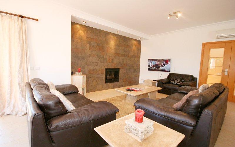 Lounge mit 46-Zoll-Kurve TV