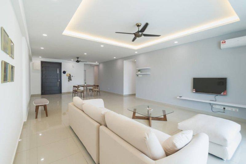 Spacious Modern Condo Near Beach - 3 rooms sleep 5, casa vacanza a Bayan Lepas