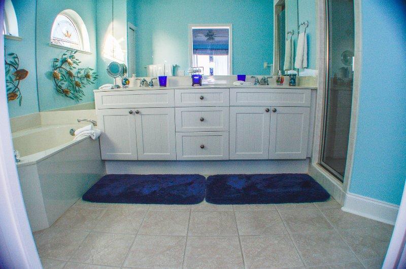 Master badkamer met een bad en douche
