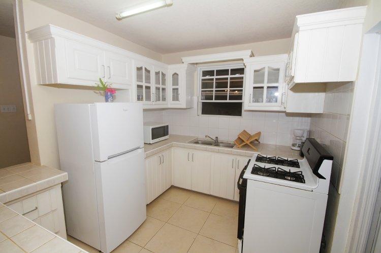 Cocina totalmente equipada con microondas cafetera estufa y tostador