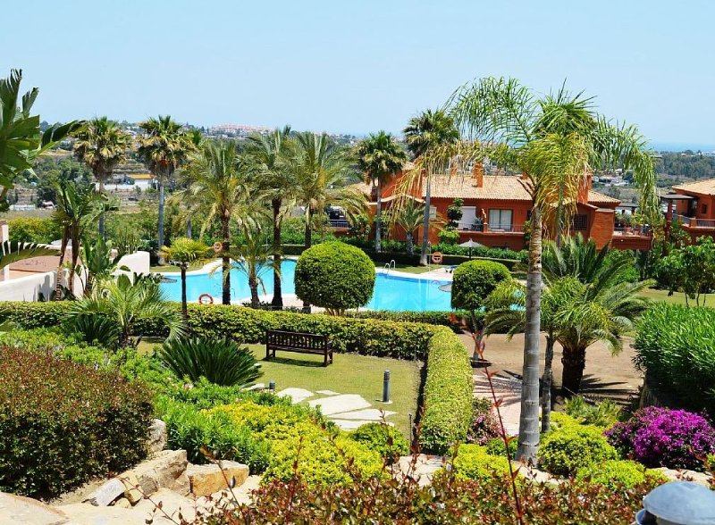2 bed 2 bath apt. Lovely Pool, Gardens. Indoor pool, Sauna, free WIFI. Benahavis, location de vacances à Benahavis