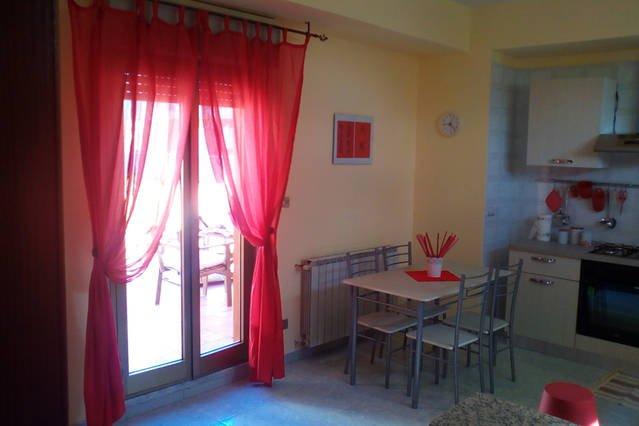 cucina soggiorno con accesso al terrazzo