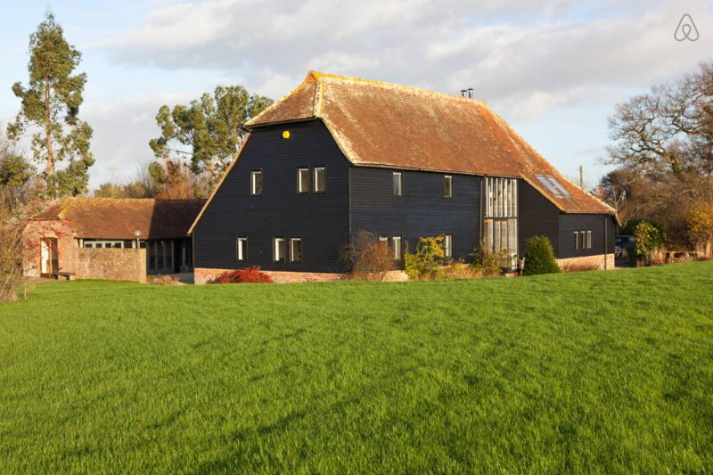 Rural West Sussex Barn with Pool, location de vacances à Wisborough Green