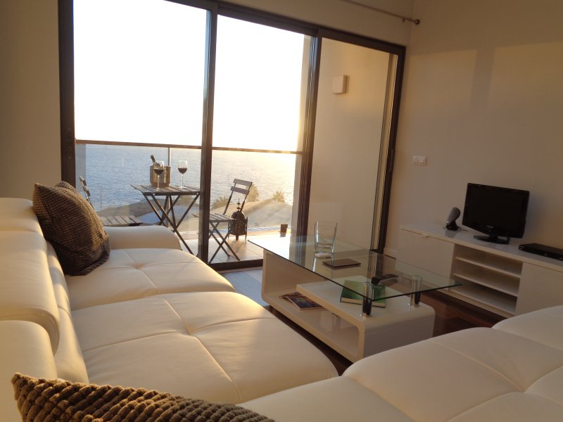Puesta de sol sala de estar en el piso.
