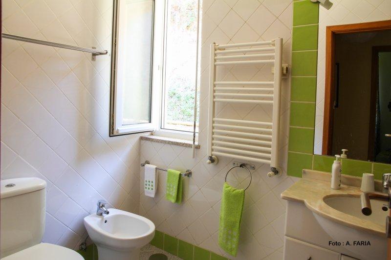 Salle de bain partagée avec baignoire