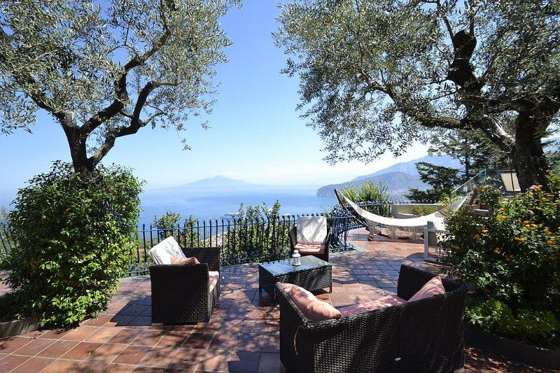 Sorrento Villa Sleeps 14 with Pool Air Con and WiFi - 5228458, alquiler vacacional en Priora