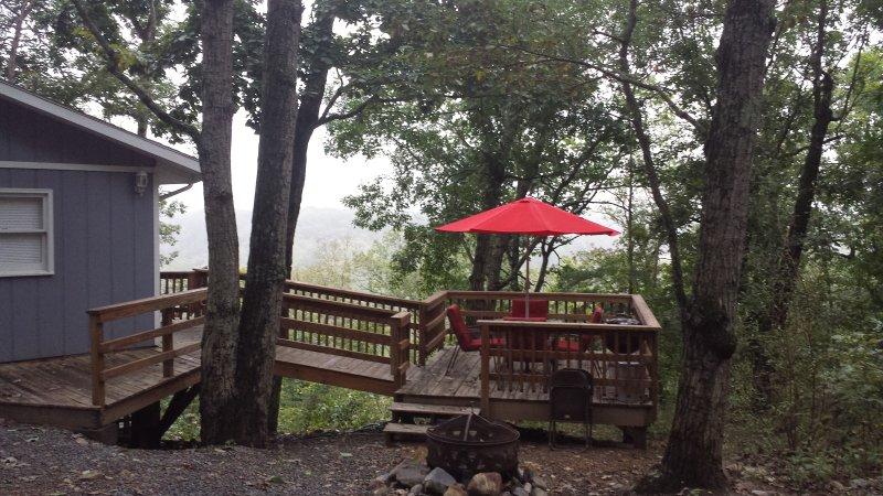 comedor terraza con parrilla y un pozo de fuego para hacer s'mores