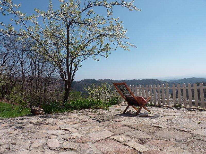As espreguiçadeiras aguardam vistas espectaculares sobre o Cévennes de Ardèche
